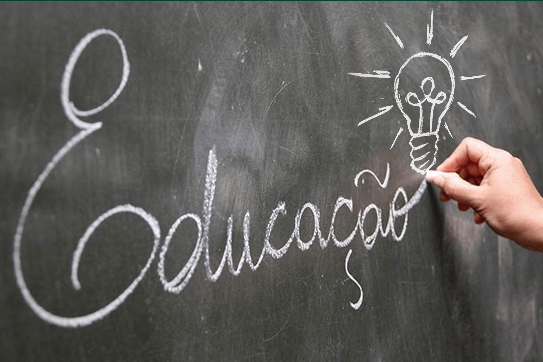 Num quadro negro a palavra educação escrita em giz com uma lâmpada demonstrando como o design é agente motivador da educação.